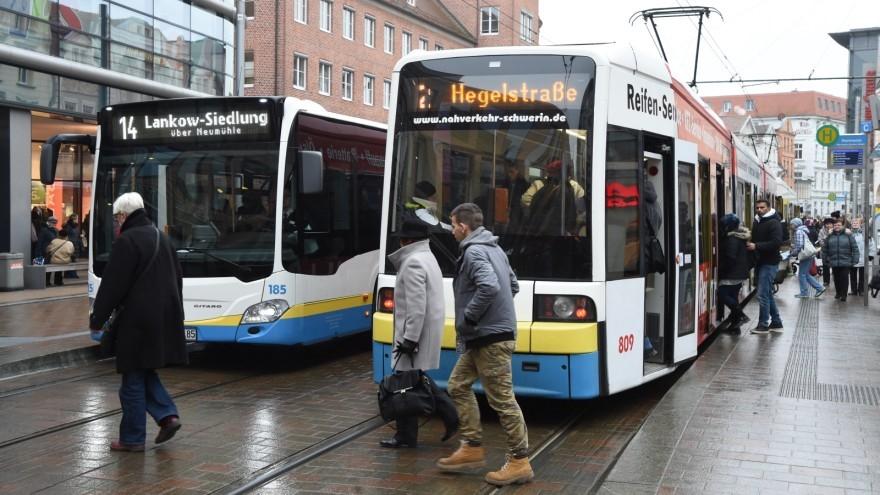 Die Initiative Freifahrt.Jetzt.Schwerin gibt diese Woche Hunderte kostenlose Fahrscheine aus.